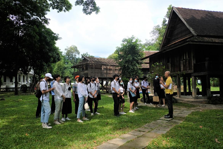 นักศึกษาในกระบวนวิชาWay of Life ของคณะศึกษาศาสตร์ มช. ทัศนศึกษาและเยี่ยมชมพิพิธภัณฑ์เรือนโบราณล้านนา มช.