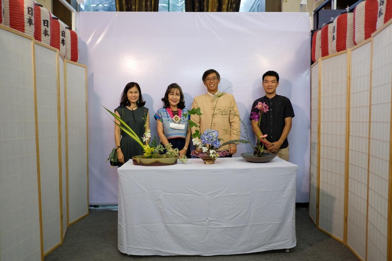 ร่วมเยี่ยมชมบูธสถานกงสุลใหญ่ญี่ปุ่น ณ นครเชียงใหม่ และร่วมกิจกรรม Ikebana Workshop การสาธิตและการอบรมเชิงปฏิบัติการการจัดดอกไม้แบบญี่ปุ่น ในงาน Lanna Expo2020