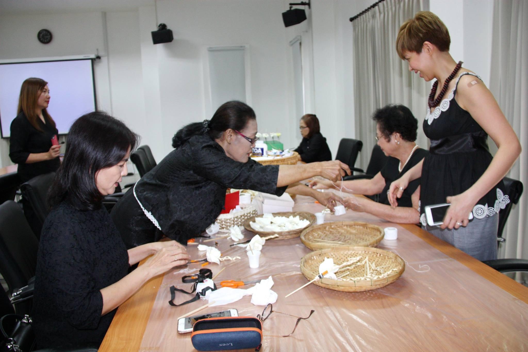 ร่วมประดิษฐ์ดอกไม้จันทน์ (ดอกดารารัตน์) เพื่อทูลเกล้าฯ ถวายในงานราชพิธีถวายพระเพลิงพระบรมศพ พระบาทสมเด็จพระปรมินทรมหาภูมิพลอดุลยเดช บรมนาถบพิตร เมื่อวันที่ 7 กรกฎาคม 2560