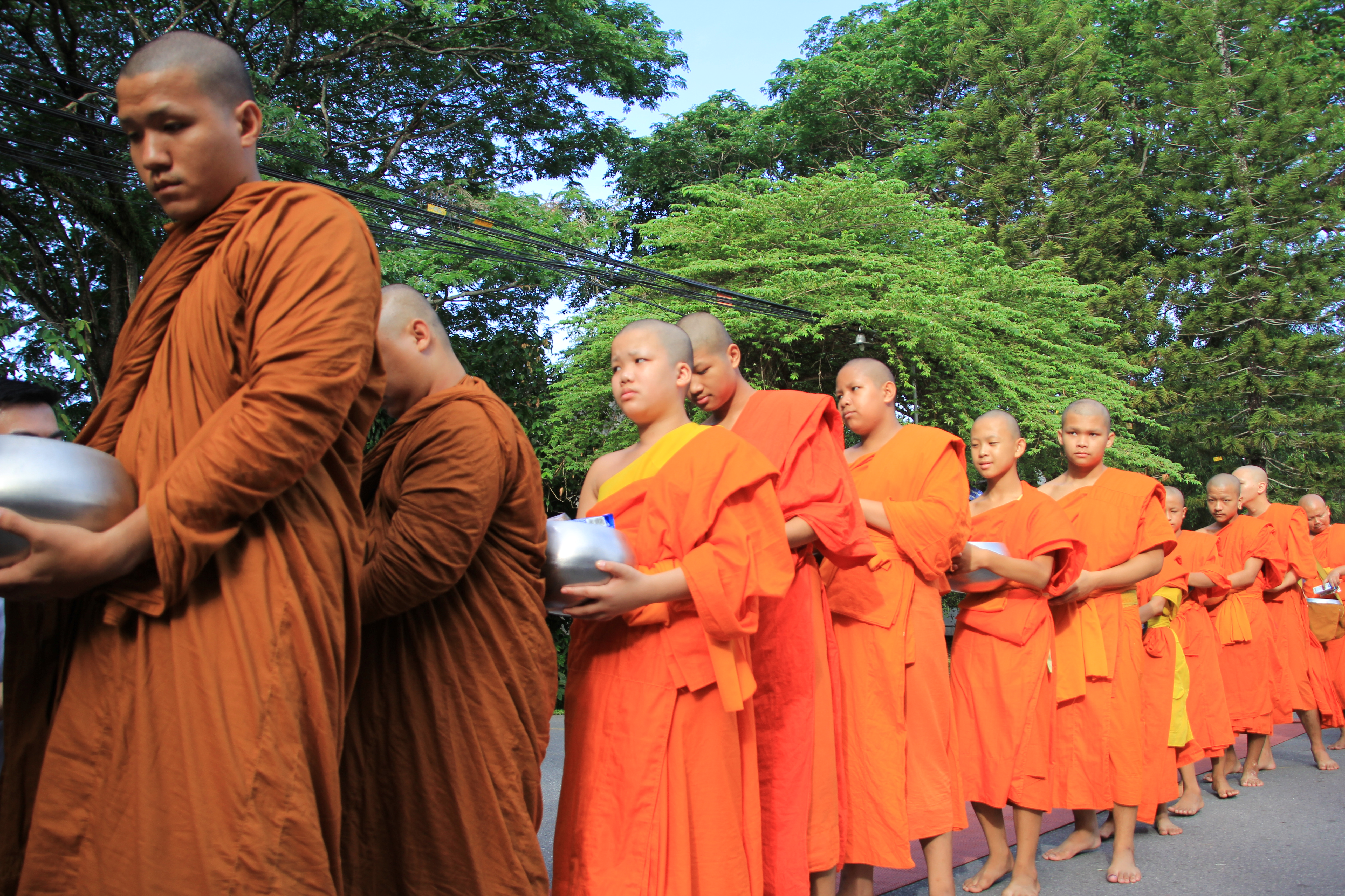 พิธีทำบุญตักบาตรเนื่องในวันวิสาขบูชาประจำปี 2558
