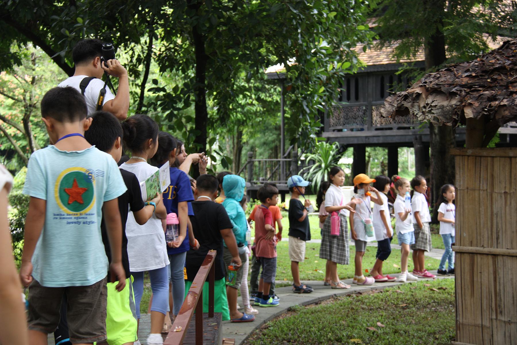 โรงเรียนนานาชาติอเมริกันแปซิฟิก นำคณะครูและนักเรียนเข้าเยี่ยมชมพิพิธภัณฑ์เรือนโบราณล้านนา ในวันพุธที่ 13 กันยายน 2560