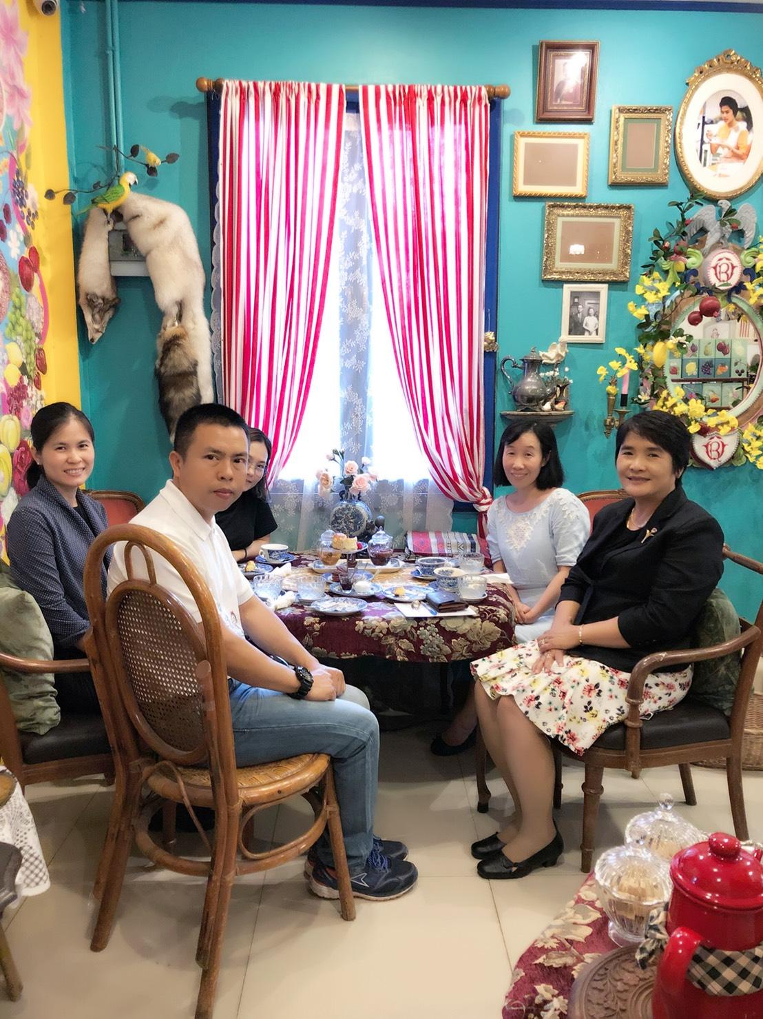ให้การต้อนรับ Associate professor Huang Jing พระอาจารย์ผู้ถวายการสอนภาษาจีนแด่สมเด็จพระเทพรัตนราชสุดาฯ สยามบรมราชกุมารี