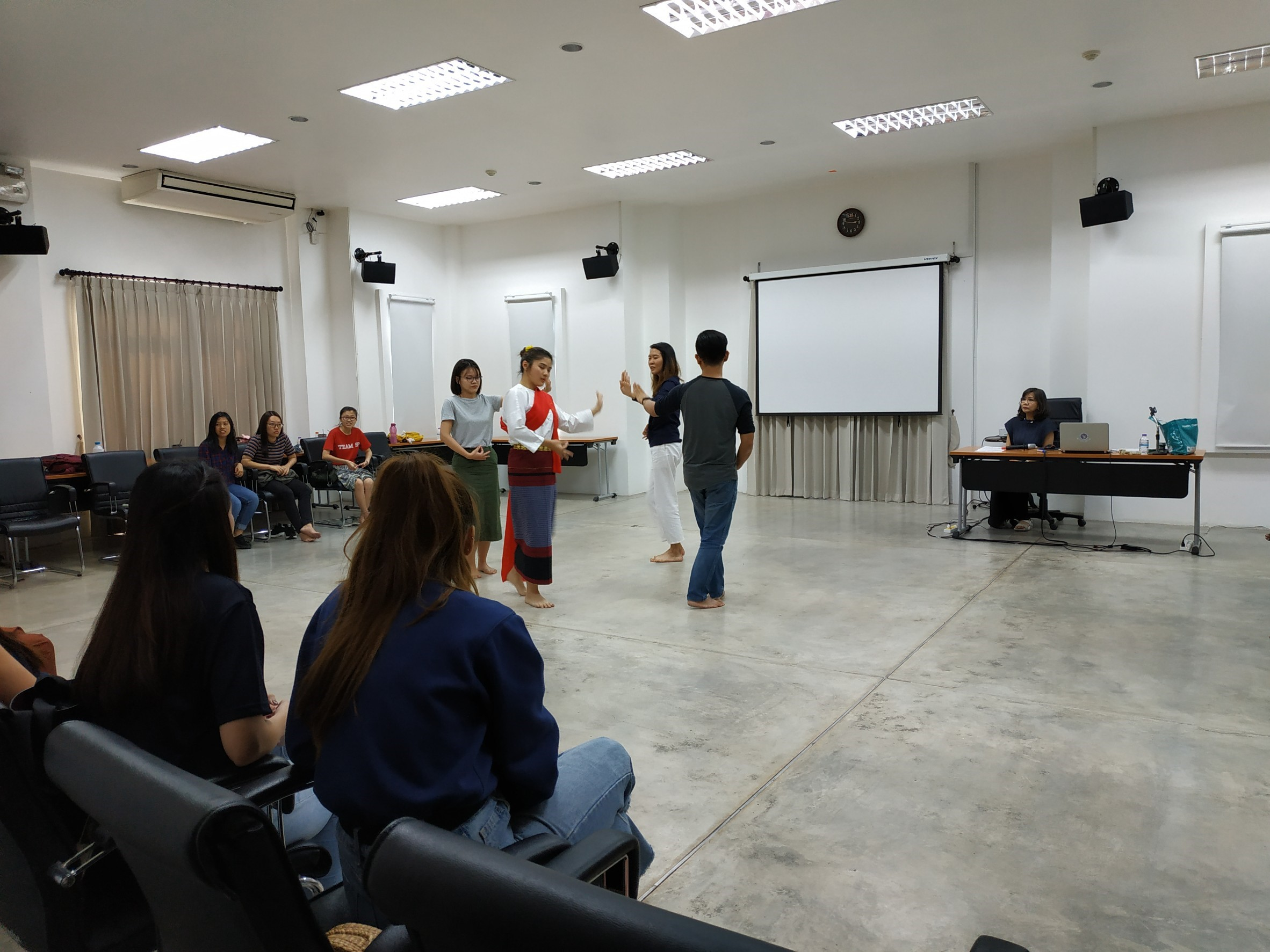 ให้การบรรยายในหัวข้อ Lanna Dance แก่นักศึกษา Nanyang University