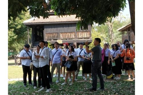 คณาจารย์และนักศึกษาจากมหาวิทยาลัยราชภัฏเชียงใหม่ เยี่ยมชมพิพิธภัณฑ์เรือนโบราณล้านนา มช.