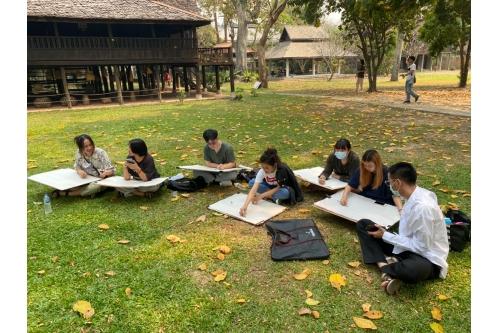 นักศึกษาสาขาวิชาทัศนศิลป์ คณะวิจิตรศิลป์ มช. ทำกิจกรรมวาดภาพเรือนโบราณล้านนา