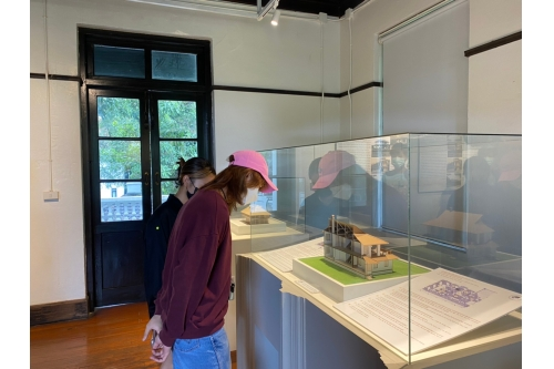 นักศึกษาคณะวิจิตรศิลป์ สาขาวิชาศิลปะการแสดง ชั้นปีที่ 2 เข้าศึกษาดูงานการจัดนิทรรศการภายในพิพิธภัณฑ์เรือนโบราณล้านนา