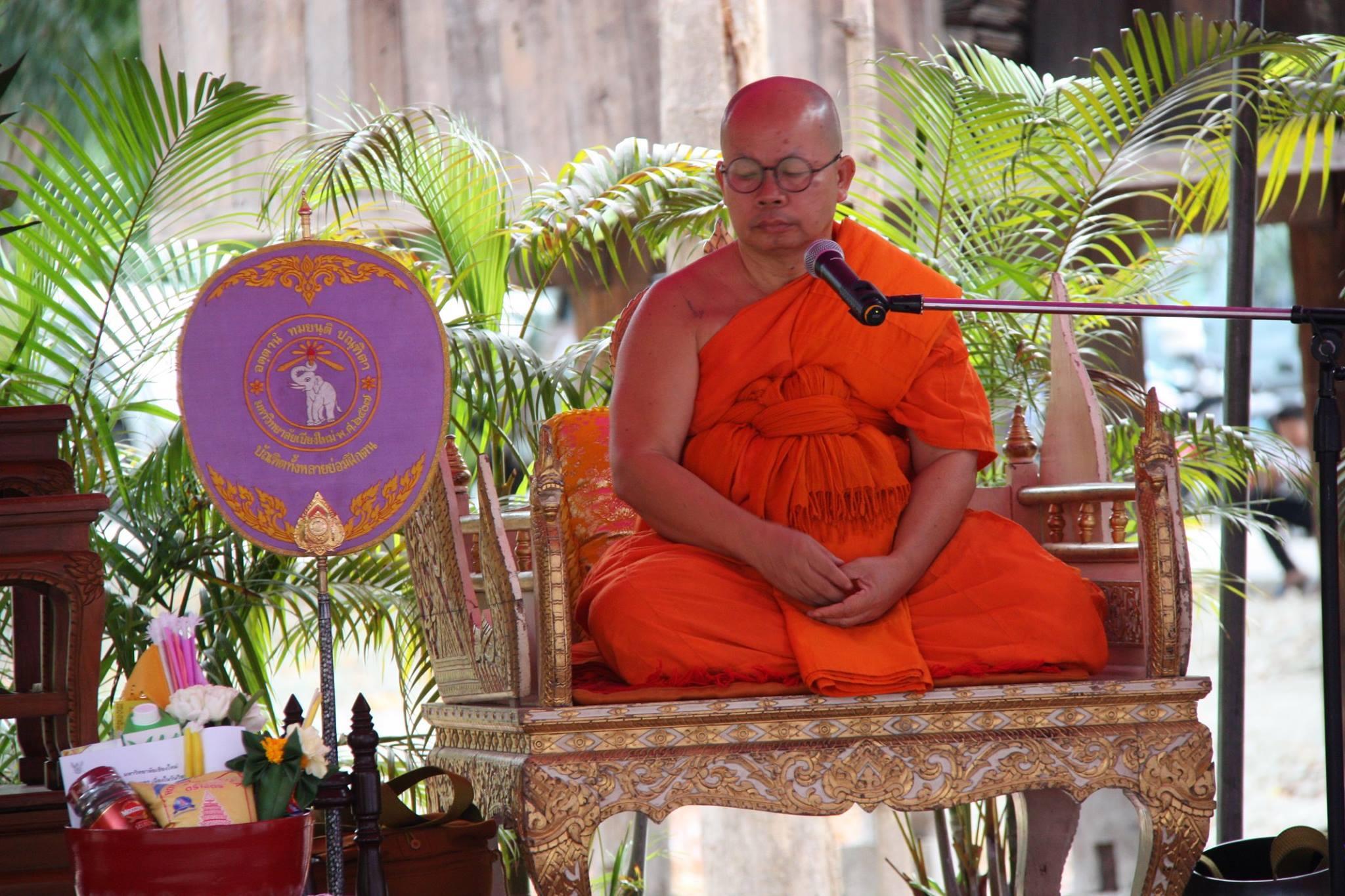 ร่วมพิธีทำบุญตักบาตรเนื่องในวันวิสาขบูชา ประจำปี 2559 เมื่อวันที่ 20 พฤษภาคม 2559
