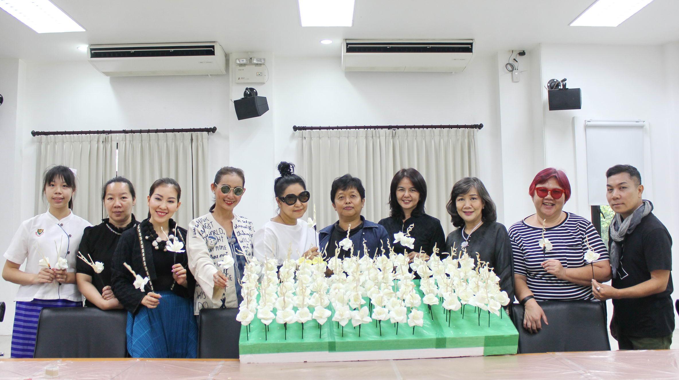 ร่วมประดิษฐ์ดอกไม้จันทน์ (ดอกดารารัตน์) เพื่อทูลเกล้าฯ ถวายในงานราชพิธีถวายพระเพลิงพระบรมศพ พระบาทสมเด็จพระปรมินทรมหาภูมิพลอดุลยเดช บรมนาถบพิตร เมื่อวันที่ 21 กรกฎาคม 2560