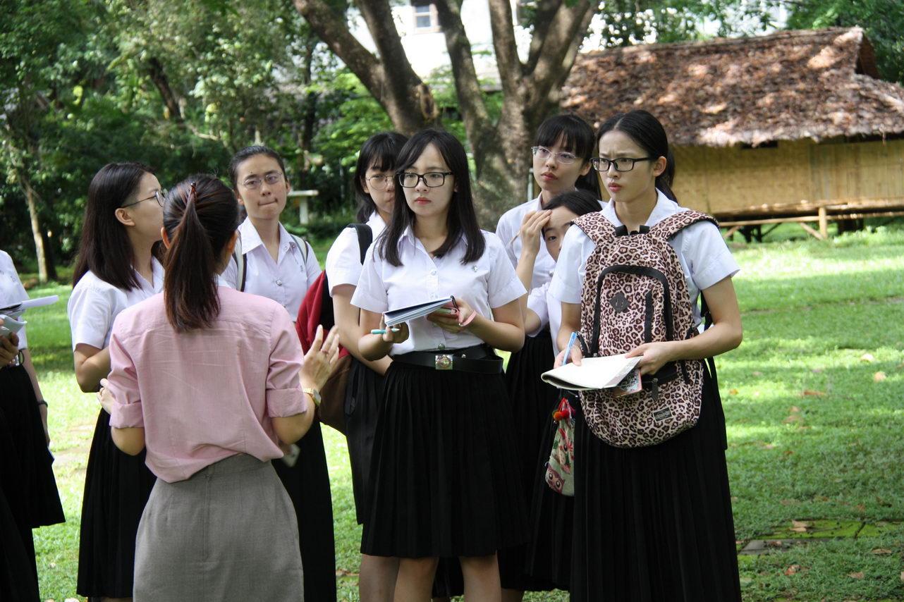 นักศึกษาจากมหาวิทยาลัยยูนนาน คณะภาษาต่างประเทศ เอกภาษาไทย เข้าศึกษาพิพิธภัณฑ์เรือนโบราณล้านนา